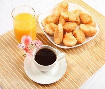 9785933-petit-dejeuner-cafe-et-croissants-sur-une-table-sur